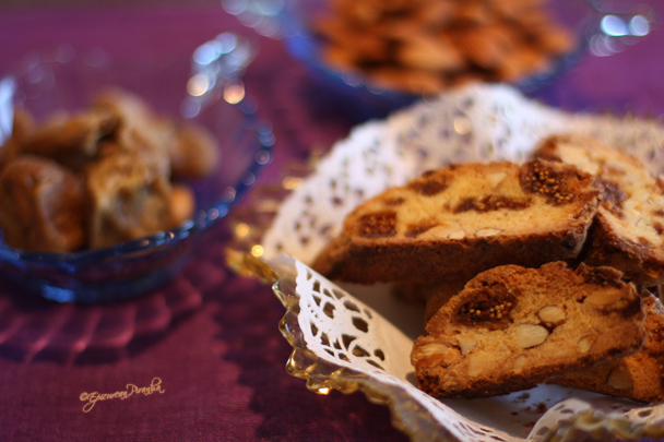 Biscotti figues amandes in vintage glass
